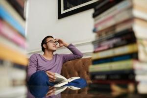Man peinzend tussen boeken