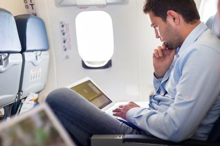 Man lezend in vliegtuig