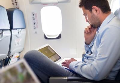 Man leest boek in vliegtuig